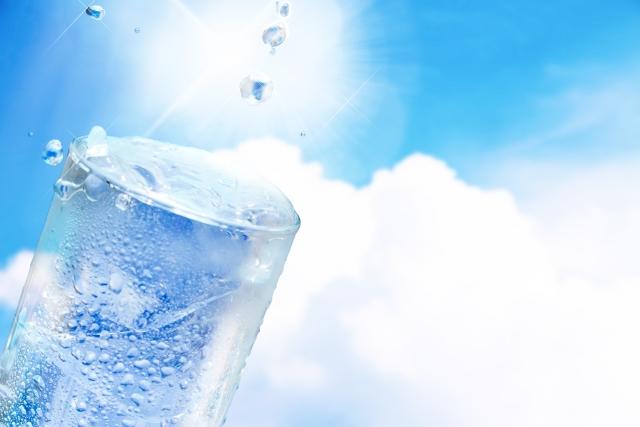 熱中症に必要な水分補給の写真。
