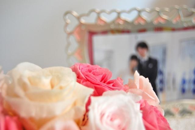 新婚の2人、新たな生活をスタートさせる画像