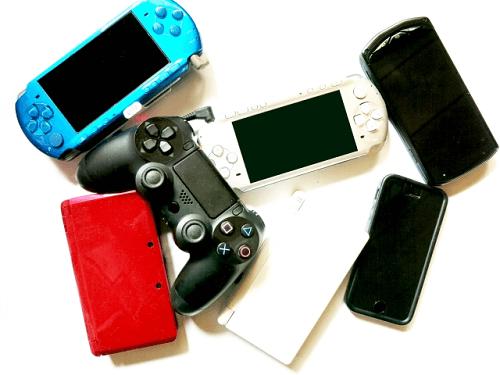 ゲーム遊びばかりする子供の写真