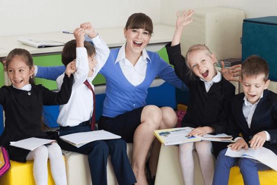 元気に教師と勉強する子どもの写真