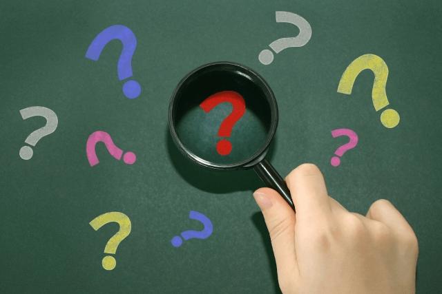 オンライン教材に疑問を持っている人の写真