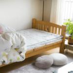 女性の一人暮らしの部屋のベッド