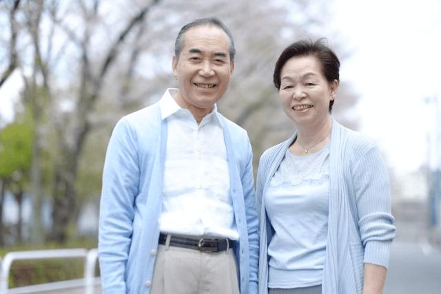 老夫婦が健康で笑い合っている画像