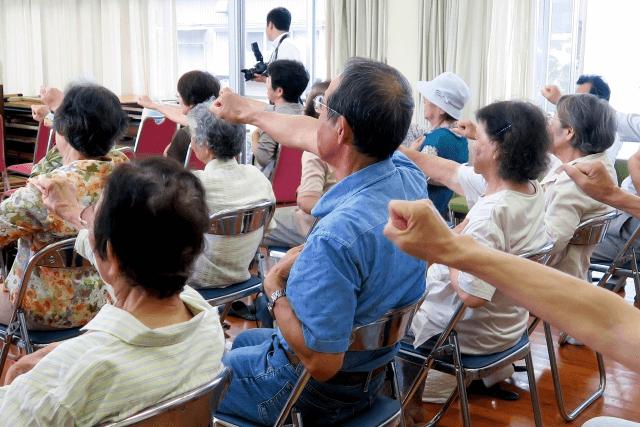 健康促進セミナーの講義を聞く人々の画像